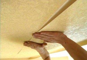 Правильно клеим обои на потолок