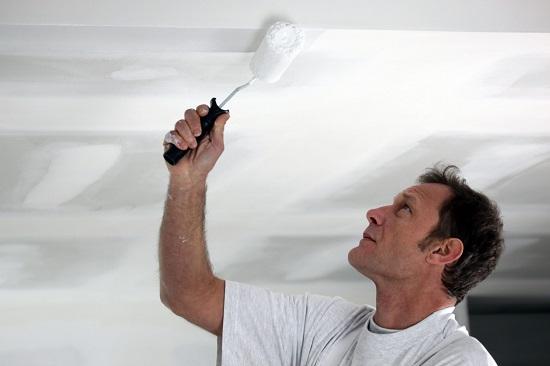 Покраска потолка в гостиной комнате