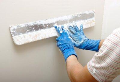Подготовка поверхности и этапы работы с штукатурной смесью