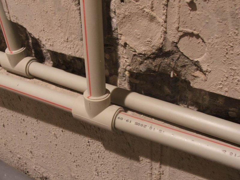 Какие трубы выбрать для отопления? Металлические или пластиковые трубы.