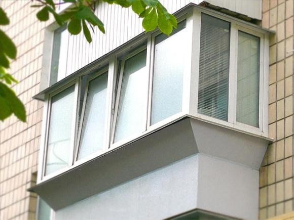 Остекления балконов с выносом - виды, особенности эксплуатации